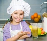 Κορίτσι που κατασκευάζει το φρέσκο χυμό Στοκ Εικόνες
