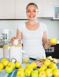 Κορίτσι που κατασκευάζει το χυμό από τα μήλα Στοκ Φωτογραφίες