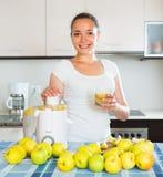 Κορίτσι που κατασκευάζει το χυμό από τα μήλα Στοκ εικόνα με δικαίωμα ελεύθερης χρήσης