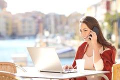 Κορίτσι που καλεί τη εξυπηρέτηση πελατών στο τηλέφωνο Στοκ φωτογραφίες με δικαίωμα ελεύθερης χρήσης
