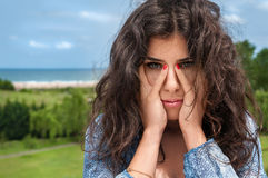 Κορίτσι που καλύπτει το πρόσωπο Στοκ εικόνα με δικαίωμα ελεύθερης χρήσης