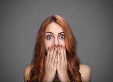 Κορίτσι που καλύπτει το στόμα της με τα χέρια Στοκ εικόνες με δικαίωμα ελεύθερης χρήσης