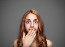 Κορίτσι που καλύπτει το στόμα της με το χέρι στοκ φωτογραφία με δικαίωμα ελεύθερης χρήσης