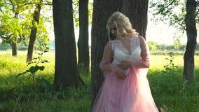 Κορίτσι που κλίνει σε ένα δέντρο στο πάρκο απόθεμα βίντεο