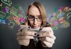 Κορίτσι που κοιτάζει βιαστικά το Διαδίκτυο με το smartphone Στοκ Εικόνα