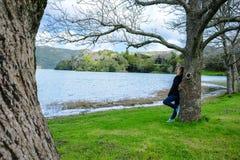 Κορίτσι που κοιτάζει πέρα από τη λίμνη Sete Cidades στα βουνά, Αζόρες, Πορτογ στοκ φωτογραφίες