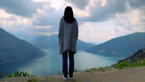 Κορίτσι που κοιτάζει στη φυσική φύση απόθεμα βίντεο