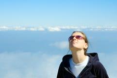 Κορίτσι που κοιτάζει στον ουρανό Στοκ φωτογραφία με δικαίωμα ελεύθερης χρήσης