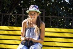 Κορίτσι που κοιτάζει mobiles Στοκ εικόνα με δικαίωμα ελεύθερης χρήσης