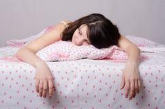 Κορίτσι που κουράζεται του ύπνου στο κρεβάτι Στοκ εικόνες με δικαίωμα ελεύθερης χρήσης