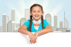 Κορίτσι που κρατά ένα άσπρο έμβλημα στοκ φωτογραφίες με δικαίωμα ελεύθερης χρήσης