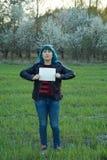 Κορίτσι, που κρατά ένα έμβλημα και που διαμαρτύρεται Μια θέση για το κείμενό σας στοκ εικόνες