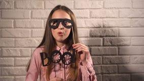 Κορίτσι που κρατά ένα έμβλημα με τα μαύρα γυαλιά Στοκ φωτογραφία με δικαίωμα ελεύθερης χρήσης