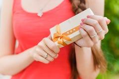 Κορίτσι που κρατά ένα κιβώτιο δώρων στα χέρια Στοκ Εικόνα