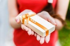Κορίτσι που κρατά ένα κιβώτιο δώρων στα χέρια Στοκ εικόνα με δικαίωμα ελεύθερης χρήσης
