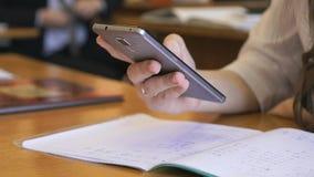 Κορίτσι που κρατά ένα κινητό τηλέφωνο χάλυβα Κινηματογράφηση σε πρώτο πλάνο φιλμ μικρού μήκους