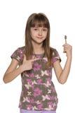 Κορίτσι που κρατά ένα κλειδί στο διαμέρισμα Στοκ Εικόνες
