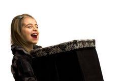 Κορίτσι που κρατά ένα μεγάλο κιβώτιο δώρων Στοκ φωτογραφία με δικαίωμα ελεύθερης χρήσης