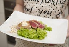 Κορίτσι που κρατά ένα πιάτο των τροφίμων Στοκ Φωτογραφία