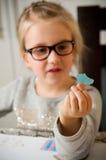 Κορίτσι που κρατά ένα τεμαχισμένο κομμάτι χαρτί Στοκ Εικόνες