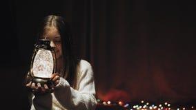 Κορίτσι που κρατά ένα φανάρι Χριστουγέννων στα όπλα της απόθεμα βίντεο