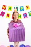 Κορίτσι που κρατά ένα δώρο διαθέσιμο για τα γενέθλιά μου σε ένα άσπρο υπόβαθρο Στοκ φωτογραφία με δικαίωμα ελεύθερης χρήσης