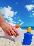 Κορίτσι που κρατά ένα suntan μπουκάλι Στοκ Φωτογραφίες