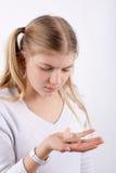 Κορίτσι που κρατά μια ενίσχυση ακρόασης Στοκ Εικόνες