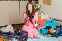 Κορίτσι που κρατά μια κάμερα πηγαίνοντας στις διακοπές Στοκ Εικόνες