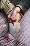 Κορίτσι που κρατά μια καρδιά Στοκ εικόνα με δικαίωμα ελεύθερης χρήσης