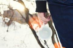 Κορίτσι που κρατά μια κούπα καφέ Στοκ φωτογραφίες με δικαίωμα ελεύθερης χρήσης