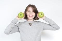 Κορίτσι που κρατά μια πράσινη Γιαγιά Σμίθ ποικιλιών μήλων Στοκ φωτογραφία με δικαίωμα ελεύθερης χρήσης