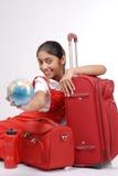 Κορίτσι που κρατά μια σφαίρα έτοιμη να ταξιδεψει Στοκ Εικόνες