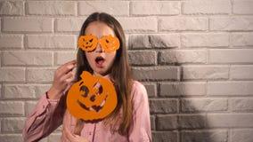 Κορίτσι που κρατά τα εμβλήματα με τις κολοκύθες Στοκ εικόνες με δικαίωμα ελεύθερης χρήσης