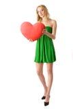 Κορίτσι που κρατά τη μεγάλη κόκκινη καρδιά Στοκ Εικόνες