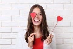 Κορίτσι που κρατά τις κόκκινες καρδιές στοκ εικόνες