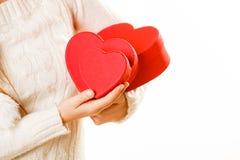 Κορίτσι που κρατά τις χαριτωμένες καρδιές Στοκ εικόνα με δικαίωμα ελεύθερης χρήσης