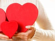 Κορίτσι που κρατά τις χαριτωμένες καρδιές Στοκ φωτογραφία με δικαίωμα ελεύθερης χρήσης