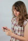 κορίτσι που κρατά τον κινητό χαλαρωμένο έφηβο Στοκ Εικόνες