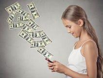 Κορίτσι που κρατά το έξυπνο τηλέφωνο που στέλνει την πληρωμή Στοκ Φωτογραφία