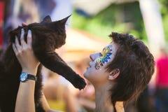 Κορίτσι που κρατά το λατρευτό γατάκι του Maine coon Στοκ Εικόνες