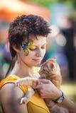 Κορίτσι που κρατά το λατρευτό γατάκι του Maine coon Στοκ φωτογραφία με δικαίωμα ελεύθερης χρήσης