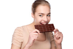 Κορίτσι που κρατά το μεγάλο φραγμό σοκολάτας στα tooths της στοκ φωτογραφία με δικαίωμα ελεύθερης χρήσης