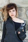 Κορίτσι που κρατά το μπουκάλι της βότκας στοκ φωτογραφίες με δικαίωμα ελεύθερης χρήσης
