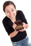 Κορίτσι που κρατά το παλαιό παλαιό στήθος θησαυρών με τα χρυσά νομίσματα Στοκ φωτογραφία με δικαίωμα ελεύθερης χρήσης