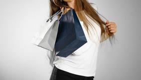 Κορίτσι που κρατά τσάντες τις μπλε και γκρίζες δώρων κλείστε επάνω Backg στοκ φωτογραφία