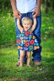 Κορίτσι που μαθαίνει να περπατά με τον μπαμπά στοκ φωτογραφία