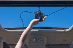 Κορίτσι που μακριά ο στηθόδεσμος μπικινιών της έξω από την ανοικτή πόρτα ενός οχήματος στοκ φωτογραφία