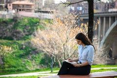 Κορίτσι που μελετά σε ένα πάρκο στοκ εικόνα με δικαίωμα ελεύθερης χρήσης