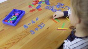 Κορίτσι που μελετά την αριθμητική απόθεμα βίντεο